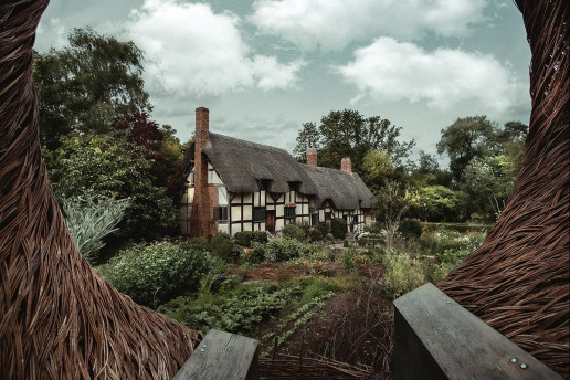 Anne Hathaway's Cottage - Photo by Zoltan Tasi